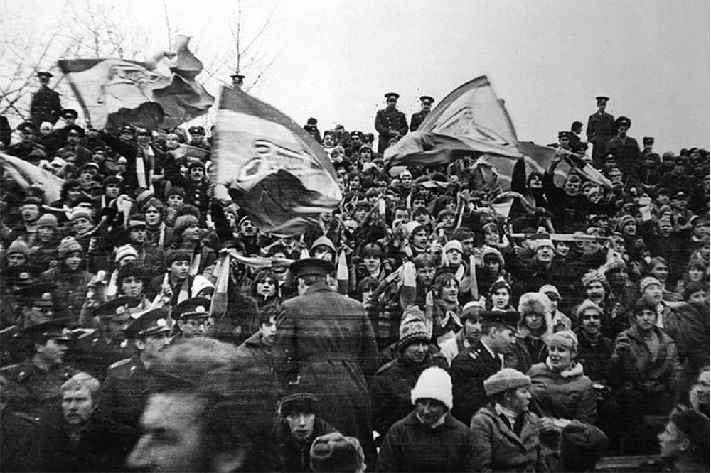 Первые фанаты, или «фанатики», как пишут на тематических сайтах, появились в Ленинграде в 1977 году после приезда спартаковских болельщиков, которые поразили ленинградцев своей организованностью. Сначала фанаты «Зенита» собирались на 40-м секторе стадиона имени Кирова. На 33-м секторе фанаты впервые массово собрались в 1980 году.