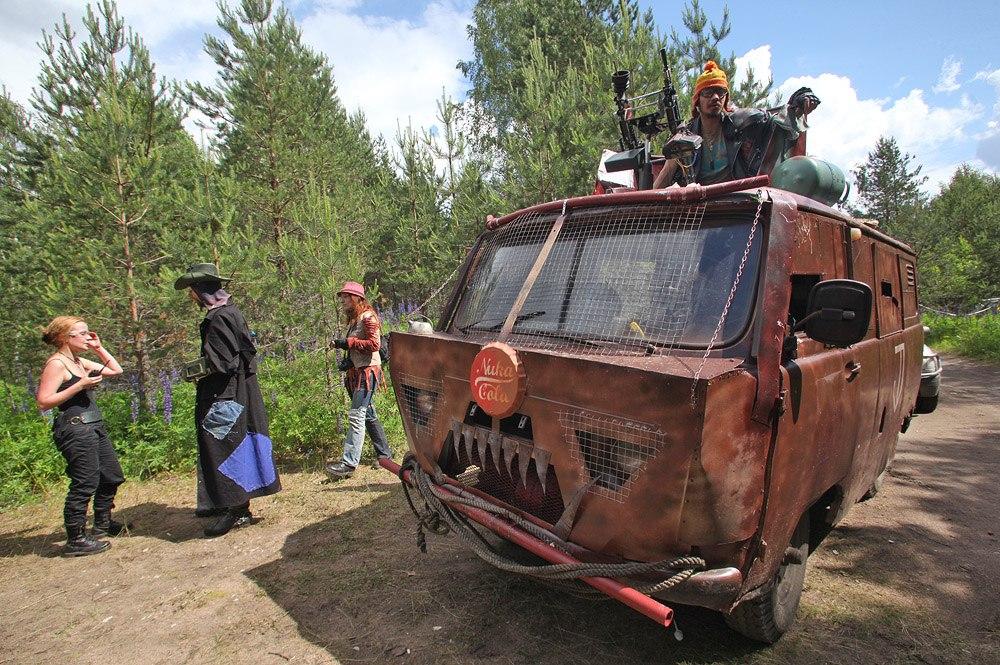 У некоторых команд были свои машины: все они были на ходу, однако, чтобы использовать автомобиль в игре, он должен был внешне соответствовать послевоенной анархии