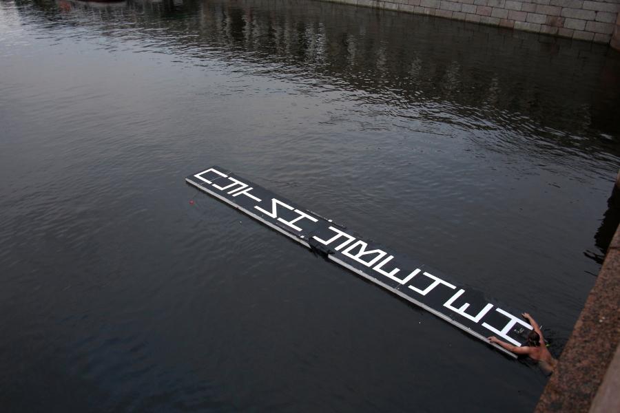 Мужчина проплыл по Фонтанке с табличкой «Путин Увечен»