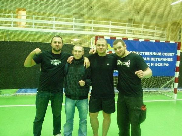 На фото: крайний слева — Роман Зенцов
