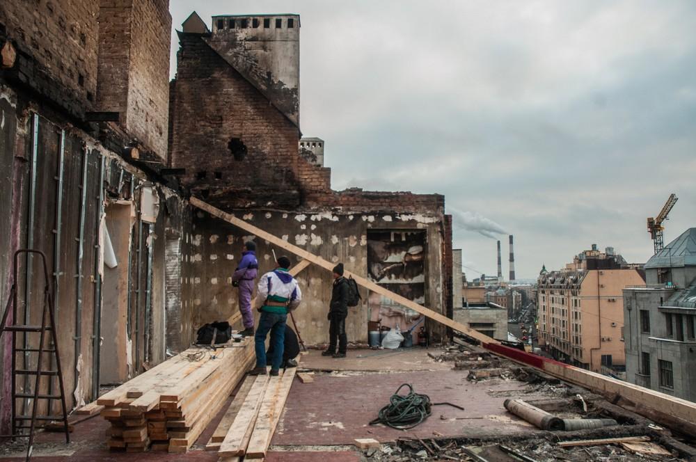 Рабочие устанавливают купол, чтобы мансарда не продолжила разрушаться