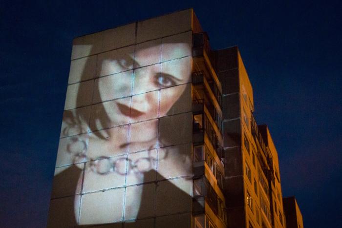 Между личным и публичным: проекции героинь секс-чатов настенах городских домов