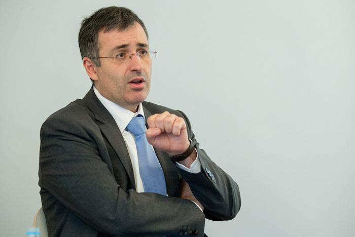 Экономист Сергей Гуриев — о «мусорных» рейтингах и социальном контракте народа и власти