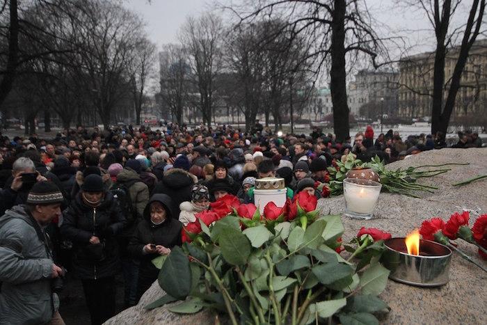 Как прошла акция памяти Бориса Немцова уСоловецкого камня в Петербурге: 12 фотографий
