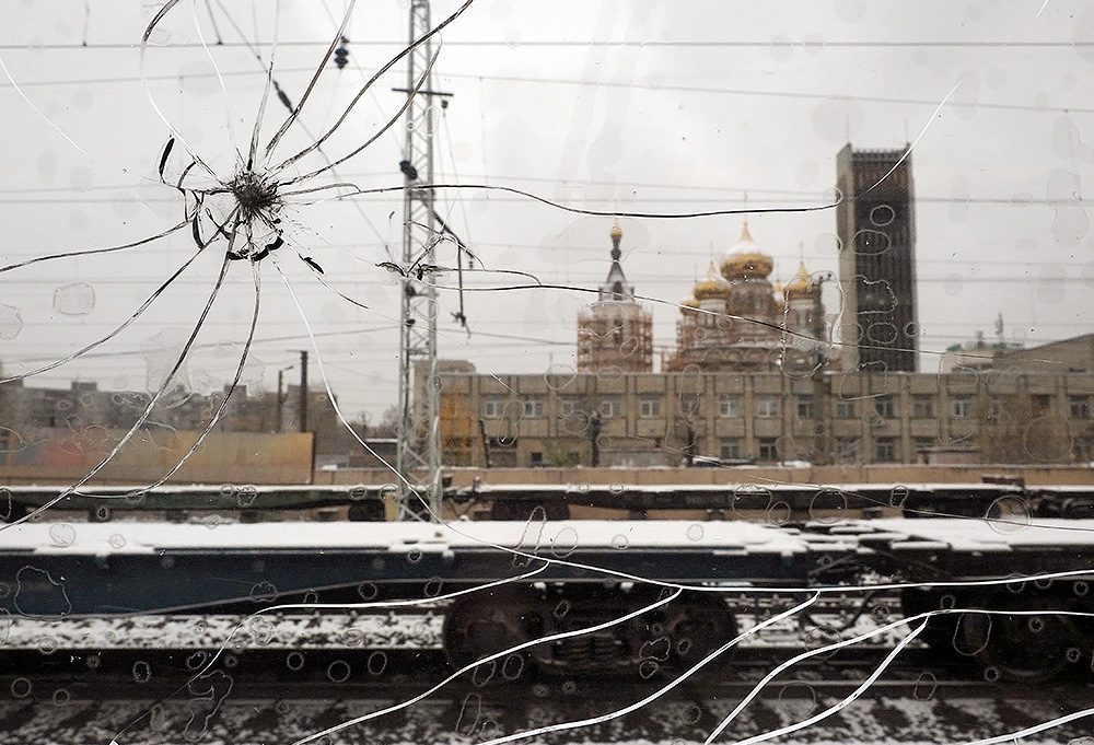 Из Москвы в Петербург на «рискованно длинном Сапсане»: 16 фотографий через разбитое окно