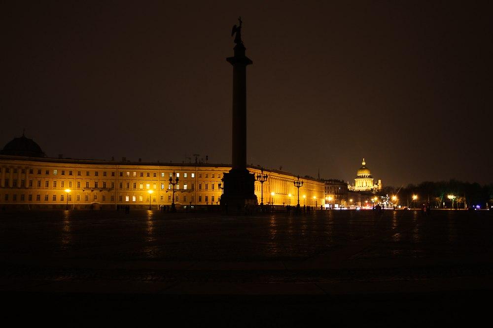 Как прошел «Час Земли» в Петербурге: 12 кадров Дворцовой площади и Петропавловки без подсветки