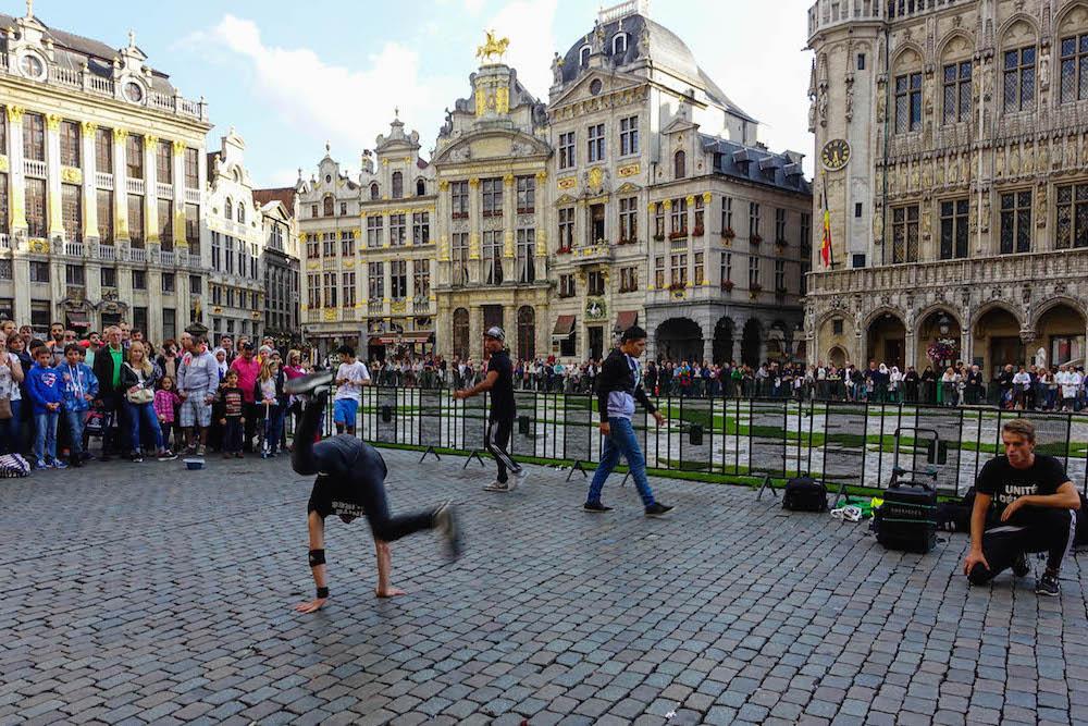 Жизнь в Брюсселе: найти Писающую девочку, выпить на кладбище и попробовать лучшую картошку фри