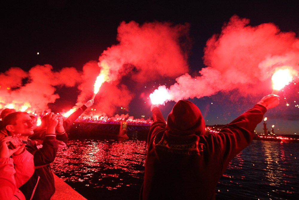 Фанаты «Зенита» выстроились в огненную цепь на мостах и набережных Невы: фото с высоты птичьего полета