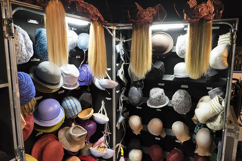 В шоу не задействовано артистов с непокрытой головой: все носят либо парики, либо головной убор