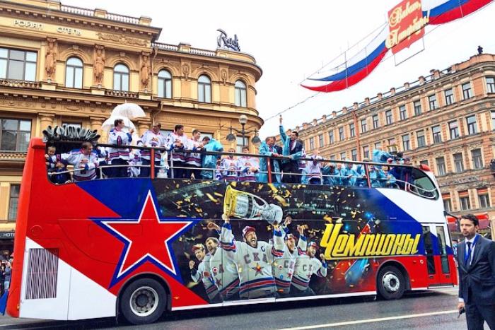 Тысячи болельщиков хоккейного СКА прошли по Петербургу парадом чемпионов: 10 фото