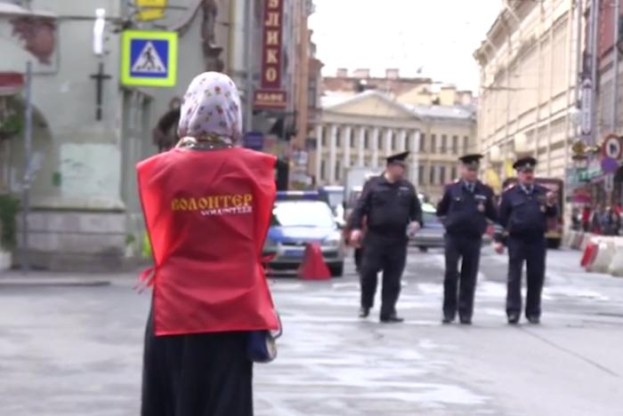«Женщина, вы приложились? Навыход»: в Петербург привезли десницу святого Георгия