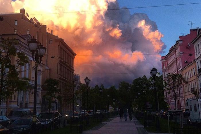 Последний петербургский закат накануне лета: 12 фотографий разноцветных облаков