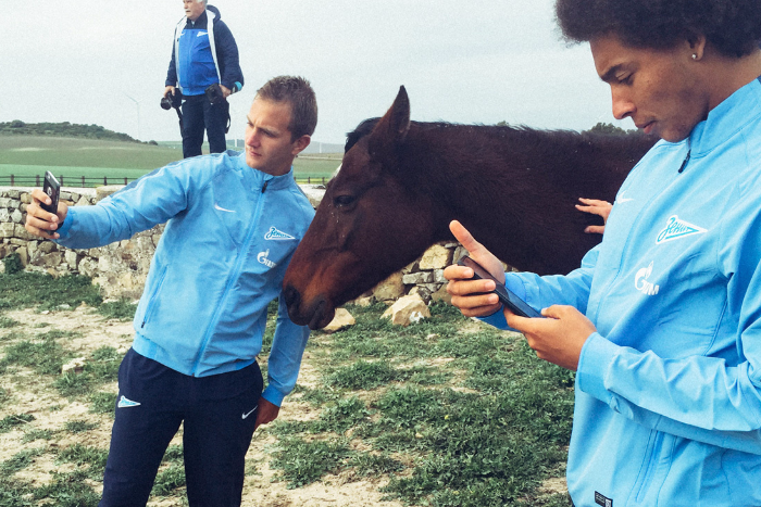 Селфи, аэропорты, PlayStation: 10 фотографий о повседневной жизни футболистов «Зенита»