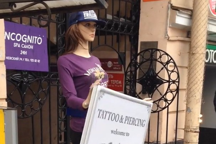 Кто и зачем ставит на улицах Петербурга рекламные манекены свращающимися табличками
