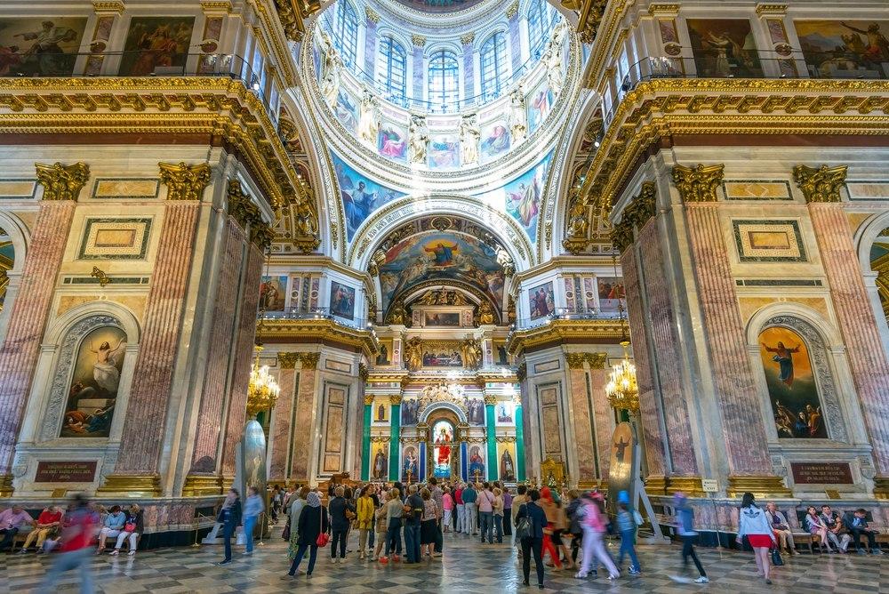«Если я зайду в храм, то не смогу хохотать»: что горожане и туристы говорят о передаче Исаакиевского собора РПЦ