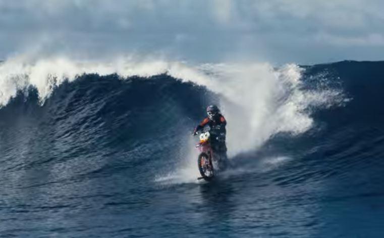 Американец покорил волны у берегов Таити на мотоцикле вместо доски для серфинга