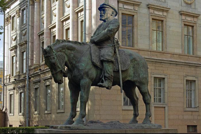 Десять мест в Петербурге, которые можно украсить при помощи Ленина