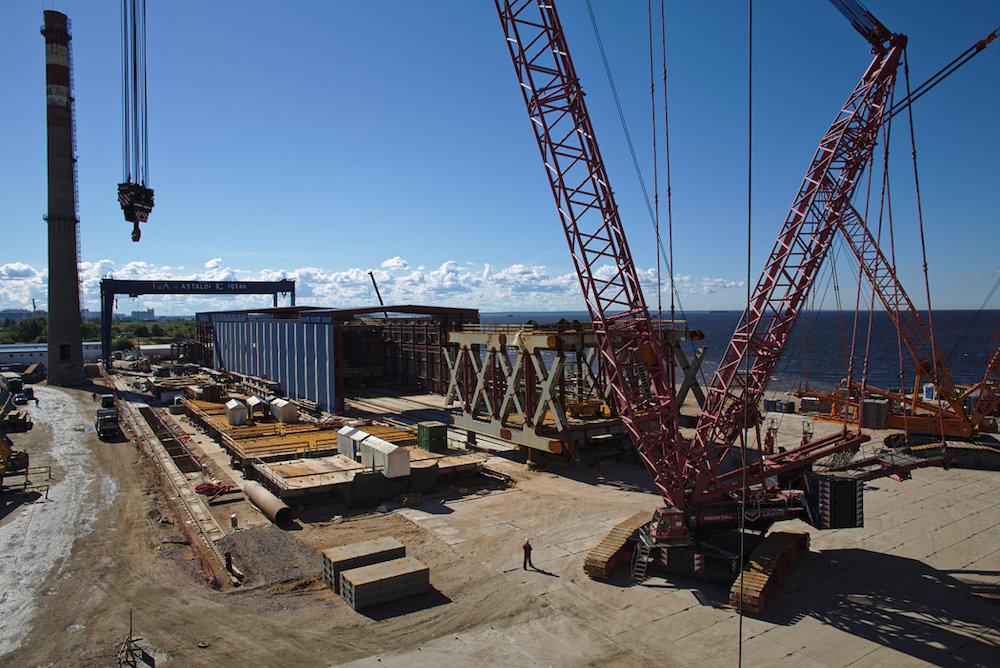 Каждый из 24-метровых блоков весит по 450–500 тонн. Их подъем на стапель осуществляется двумя кранами. Два таких крана могут поднять, например, оба разводных пролета Дворцового моста, а запаса грузоподъемности хватит еще на шесть трамваев