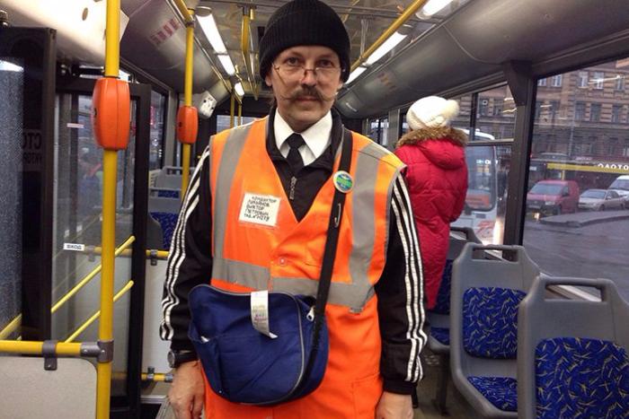 Кондуктор Виктор Петрович Лукьянов все же уволился и устроился стюардом экскурсионного автобуса