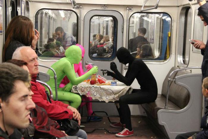 Пранкер Зеленый Купорос накрыл на стол в вагоне метро Петербурга: что известно очеловеке в трико