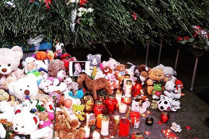 Петербуржцы продолжают нести цветы и игрушки в аэропорт Пулково