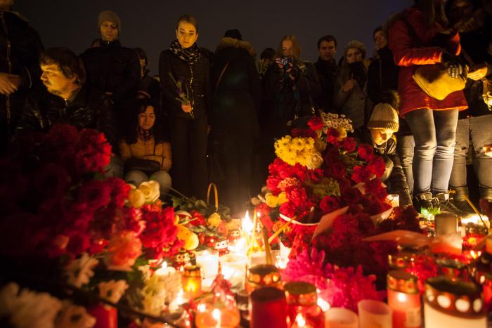 Свечи, игрушки и 224 воздушных шара: фоторепортаж с траурной акции на Дворцовой площади, куда пришли тысячи петербуржцев