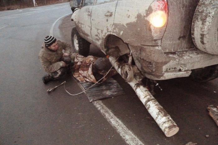 Водитель Chevrolet Niva рассказал, почему ездил по Петербургу с бревном вместо колеса