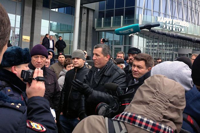 «Вы хотите, чтобы я работал вминус?»: каквПетербурге дальнобойщики протестуют против платы за проезд по трассам
