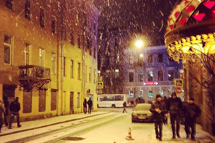 «С неба выпало немного праздника»: 15 снимков ночного снегопада из Instagram петербуржцев