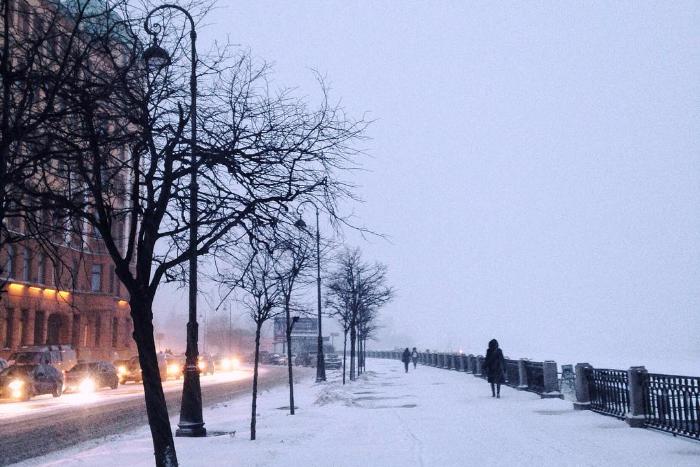 «Здесь есть один снегоуборочный дворник»: о чем говорят на дорогах и что фотографируют в Петербурге в снегопад