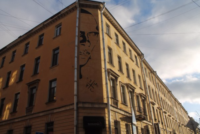 Чиновники требуют закрасить портрет Хармса на доме по улице Маяковского за счет жильцов