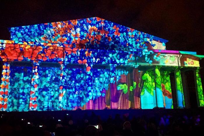 «Весна прилетела»: 15 кадров из Instagram 3D-шоу с цветами и бабочками на здании Биржи