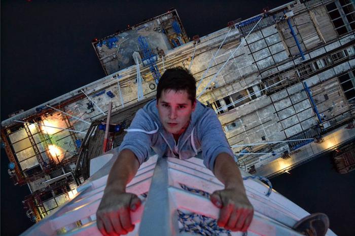Руфер забрался на недостроенный вантовый мост высотой 121 метр