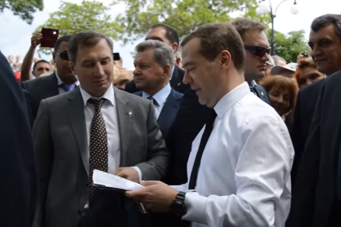 Медведев заявил крымским пенсионерам, что «денег нет»