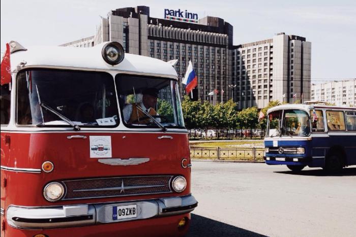 «Back to the past on a bus»: 11 фото и видео с парада ретро-транспорта в Петербурге