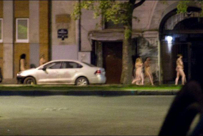 По Васильевскому острову ночью прошлись обнаженные работницы борделя