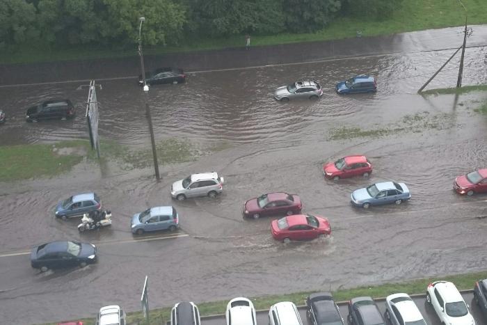 В Петербурге ливень затопил дороги