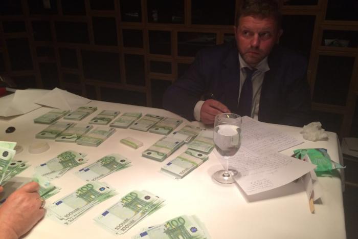 СК опубликовал фото задержания губернатора Кировской области в ресторане с 400 тысяч евро наличными