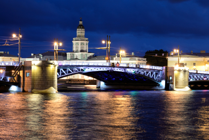 Дворцовый мост разведут в воскресенье днем из-за Дня ВМФ