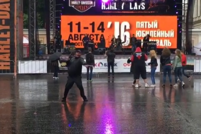 Петербуржец самозабвенно танцует под дождем под I Love Rock 'n' Roll