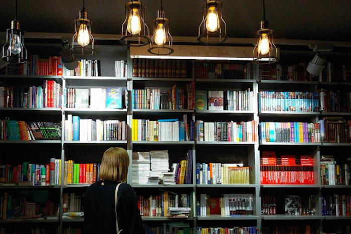 В «Книжной лавке» на Невском проспекте книги распродают со скидкой в 20 %