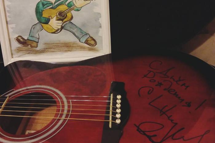 Подписчица в Instagram попросила Шнурова подарить гитару ее отцу. И он подарил