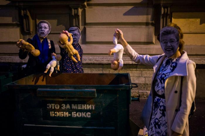 Петербургские двойники Мизулиной выкинули игрушечных пупсов в помойки на акции против запрета бэби-боксов