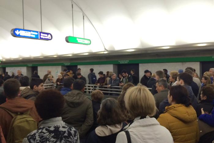 Бесхозная сумка парализовала работу станции метро «площадь Ленина» вПетербурге