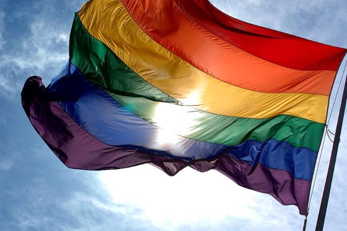 Около барбершопа, отказавшегося обслуживать гомосексуалов, прочтут лекции про гомофобию