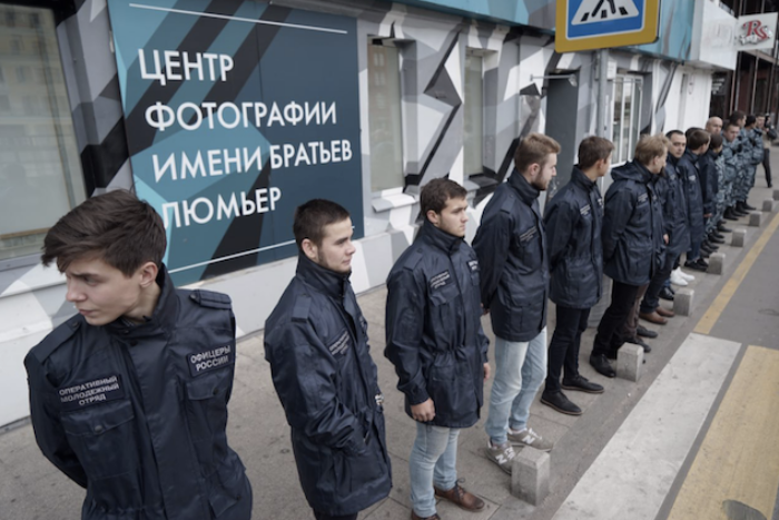 «Офицеры России» заблокировали Центр фотографии братьев Люмьер из-за выставки  «Без смущения»