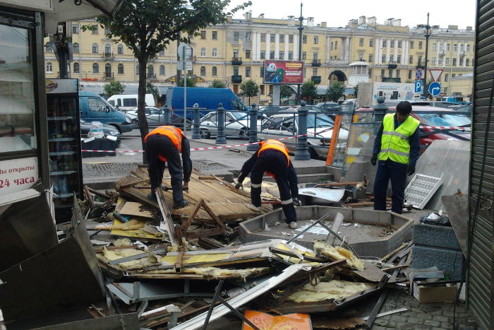 «Теперь я безработный»: какнаСенной площади сносят ларьки спышками ишавермой