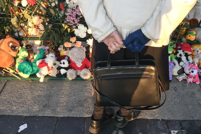 Люди, небо, А321: 18 портретов петербуржцев у стихийного мемориала на Дворцовой площади в 2015 году