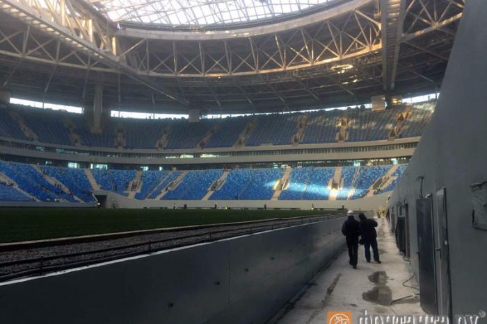 Поле на стадионе «Крестовский» не могут выкатить уже несколько часов