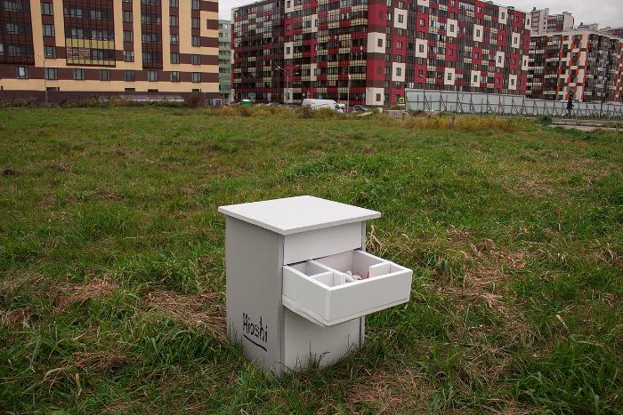 Уличный художник Hioshi разместил в Кудрове инсталляцию о современных квартирах